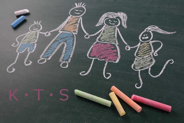 黒板に書いた家族の絵