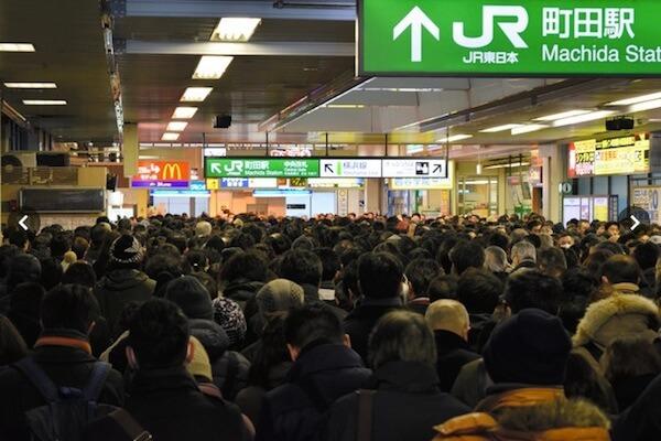 駅でたくさんの人で混み合っている写真