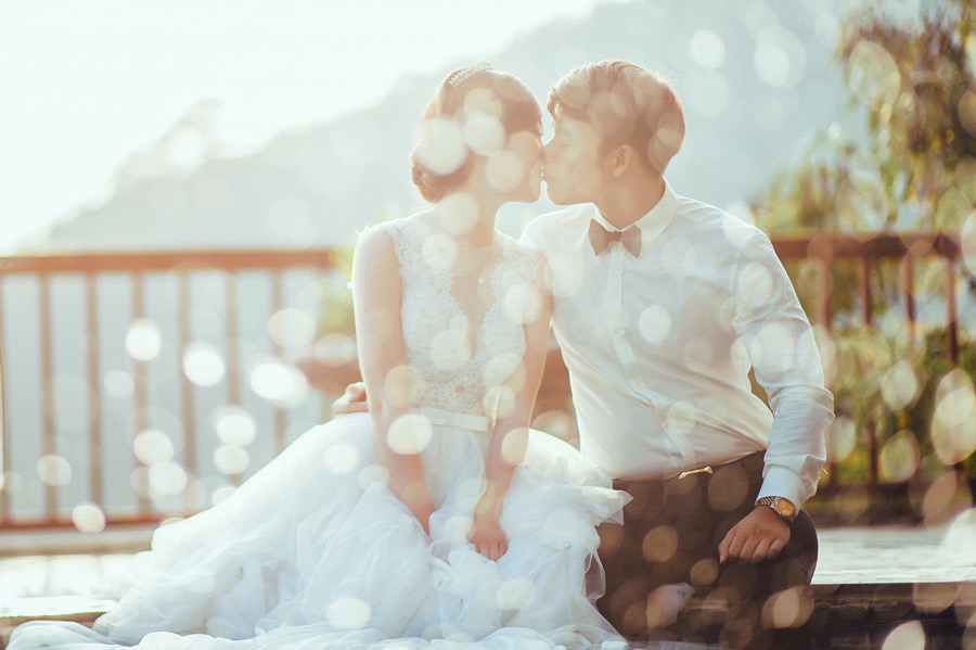 結婚式でキスをしている新郎新婦