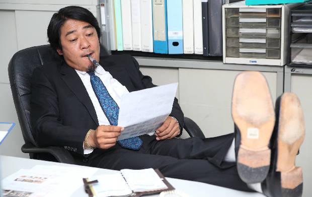 椅子にふんぞり返っている上司