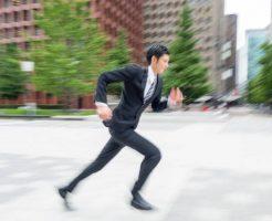 走っているサラリーマン