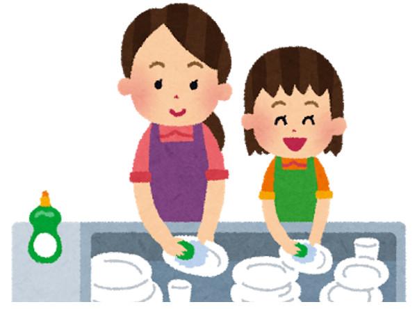 お母さんと一緒に食器を洗っている女の子