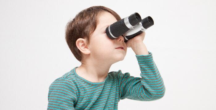 双眼鏡を持った少年