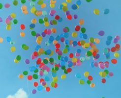 風船が空に飛んでいる写真