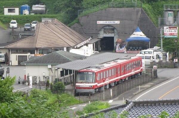 トンネルの駅の写真