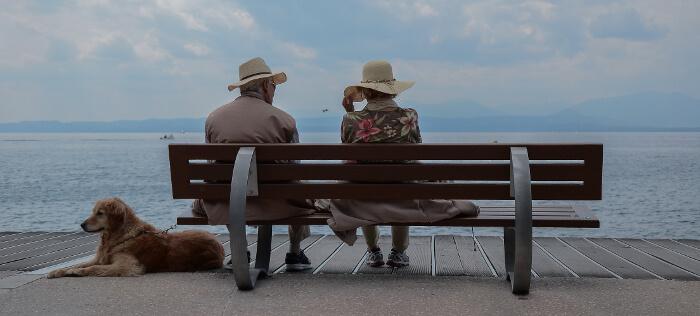 のんびりとベンチに座っている夫婦