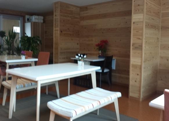 コンテナカフェ日向のテーブル席