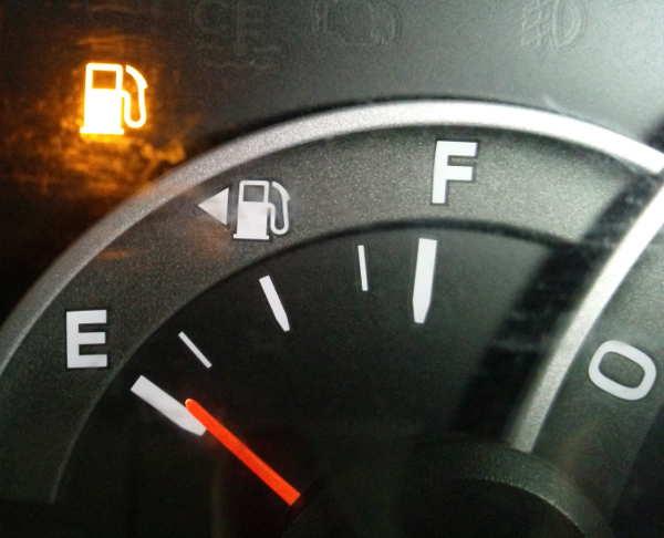 ガソリンのエンプティランプが点滅している画像