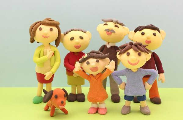 仲の良い家族の人形