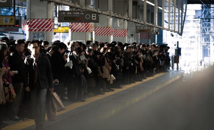 通勤ラッシュ時の満員電車の様子