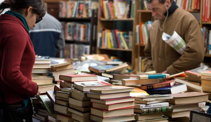 本屋さんで本を選んでいる人たち