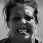 歯を食いしばっている女性