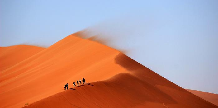 砂漠を歩いている人の写真