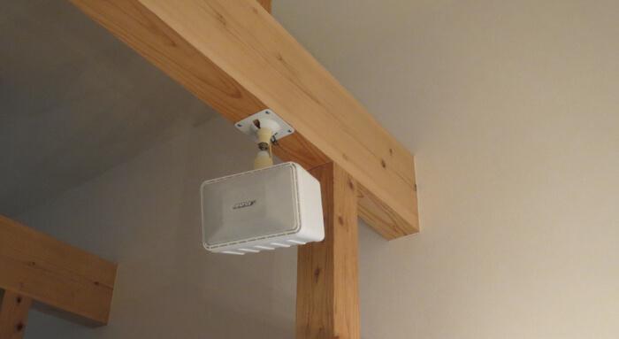 BOSE 101MMスピーカーを天井から吊り下げている写真