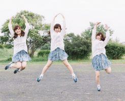 大喜びでジャンプしているカワイイ女の子