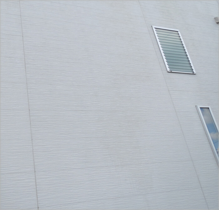 コケ汚れも落ちてきれいになった外壁
