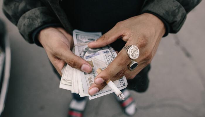 お札を持ている男性の写真