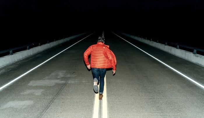 暗闇に走っている男性