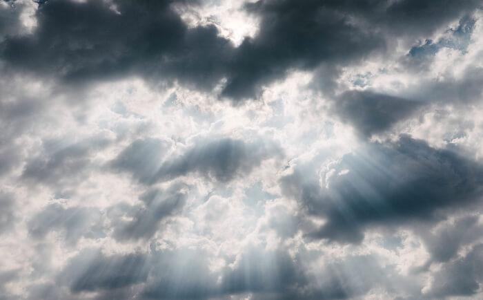 雲の隙間から差し込む日の光