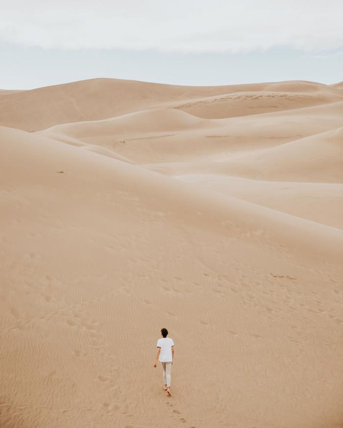 砂漠を歩いている女性の写真