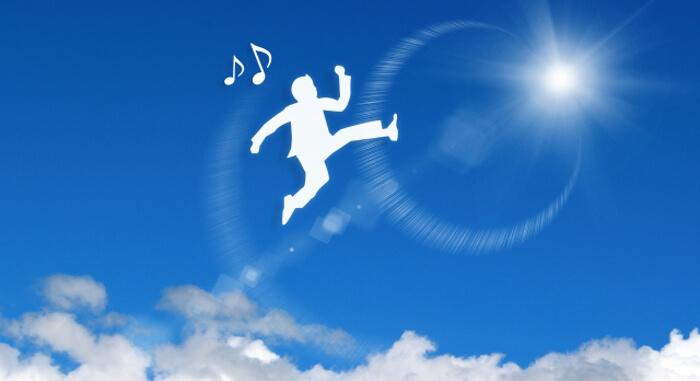 大空に喜んでジャンプしている男性