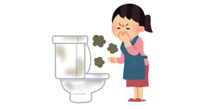 汚いトイレを見て鼻をつまんでいる女性
