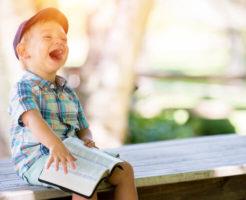 ベンチに座って笑っている子供