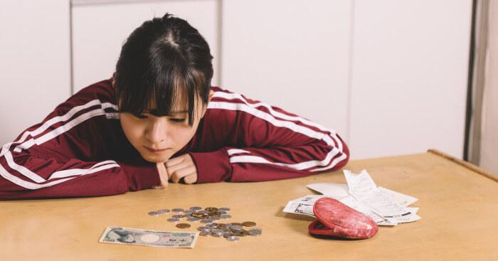 金欠で困っている女の子