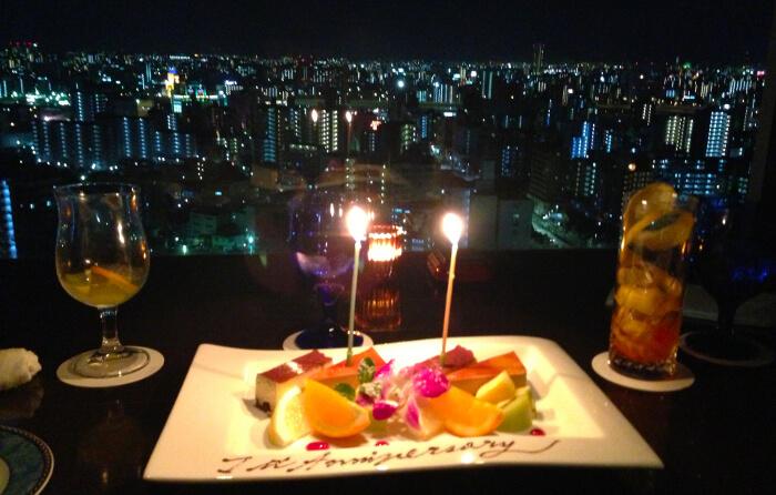 夜景の見えるレストランの写真