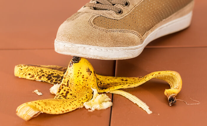 バナナの皮を踏んですべる