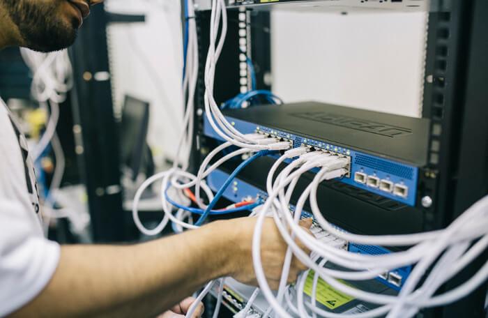 LAN配線をするネットワークエンジニア