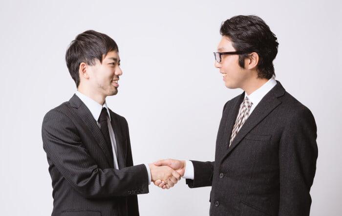 先輩と仲直りして握手
