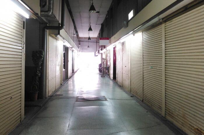 シャッターが閉まった商店街