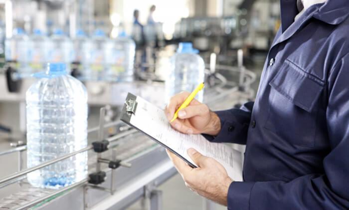 工場で働いている人の写真