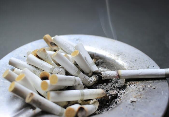 灰皿からあふれているタバコの吸い殻