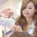 お客さんの髪を切っている女性美容師