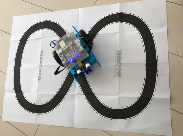 完成したプログラミングロボット mBot