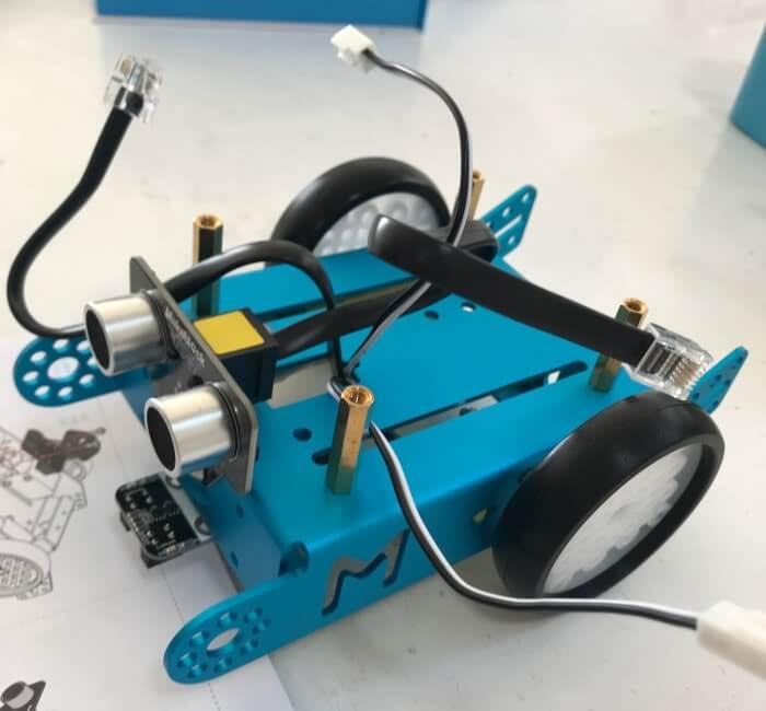 組み立て途中のプログラミングロボット mBot