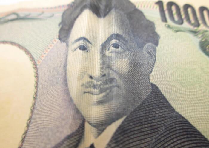 笑っている1000円札の野口英世