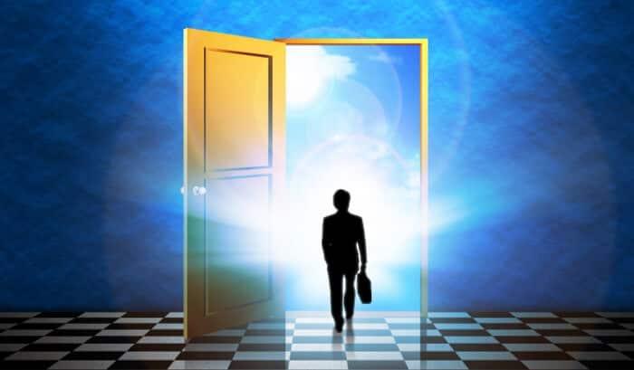 未来への扉を開けて進むサラリーマン