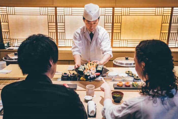 夫婦でお寿司屋さんで食事