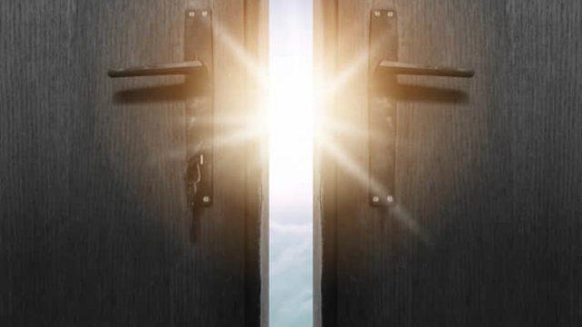 明るい未来へつながっている扉