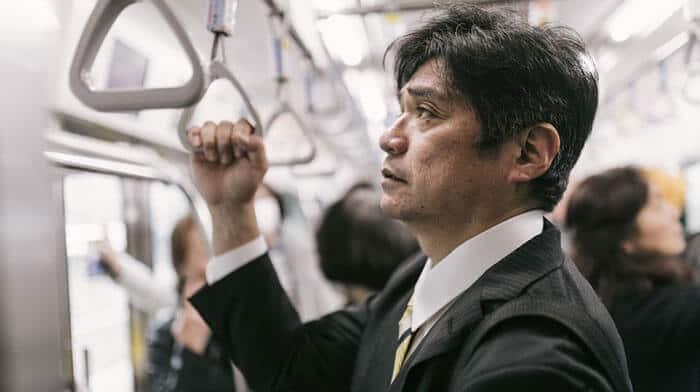 満員電車に揺られる中年サラリーマン