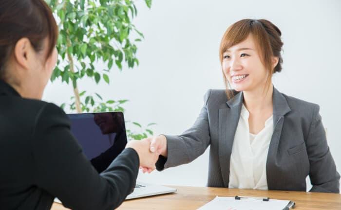 転職相談者と握手