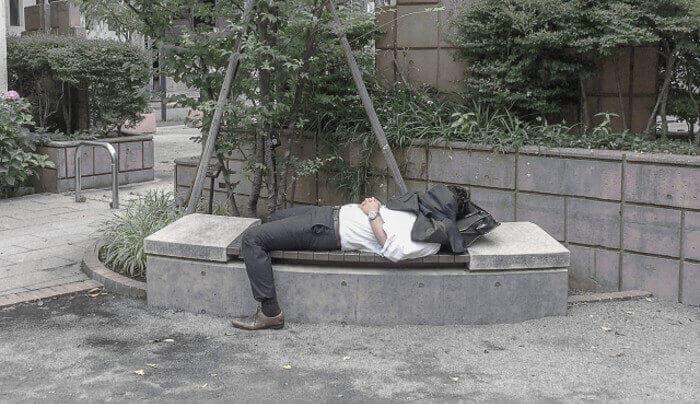 公園のベンチでサボっているサラリーマン