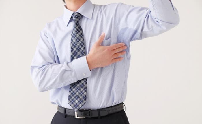 脇汗をかいている男性