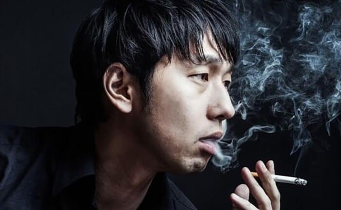 煙草を吸っている男